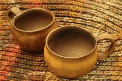 Varm afton för vänner Exklusiva ursnygga keramiska koppar på den stack fluffiga mjuka melangehalsduken fotografering för bildbyråer