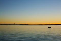 Varm aftonsolnedgång över den Waitemata hamnen Fotografering för Bildbyråer
