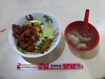 Varm asiatisk mat Griskött i delikata kryddor Utmärkt smak, gastronomisk erfarenhet Köttbollar i buljong arkivbilder