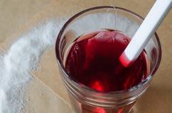 Varm bärte och tepåse i exponeringsglas, spillt socker omkring royaltyfria foton