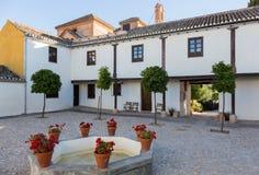Varm borggård med tabeller och stolar Spanien Arkivbild