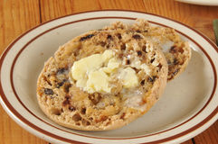 Varm bredd smör på engelsk muffin Arkivbilder
