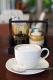 Varm cappuccino i den vita koppen Fotografering för Bildbyråer