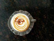 Varm cappuccino med karamell Arkivfoton