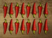 Varm chili på den wood tabellen Arkivbilder