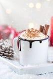 Varm choklad för hemlagad jul med piskad kräm, kakao och kanel på en platta arkivbilder