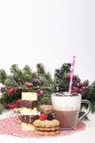 Varm choklad i en kopp och kex Royaltyfria Bilder
