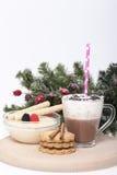 Varm choklad i en kopp och kex Arkivfoton