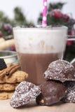 Varm choklad i en kopp och kex Arkivfoto