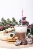 Varm choklad i en kopp och kex Arkivbilder