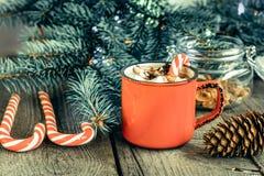 Varm choklad/kaffe med marshmallower och godisrottingen på träbakgrunden Juldekor för feriekort Royaltyfri Fotografi