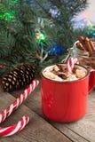 Varm choklad/kaffe med marshmallower och godisrottingen på träbakgrunden Juldekor för feriekort Royaltyfria Foton