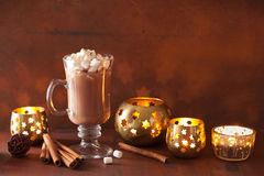 Varm choklad med den kanelbruna vinterdrinken för mini- marshmallower Arkivbild
