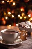 Varm choklad med den nya pepparkakan Arkivbild