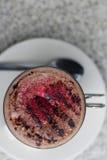 Varm choklad med hallonpulver Arkivfoton