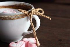 Varm choklad med hjärtarosa färgmarshmallowen arkivfoto
