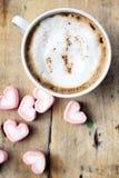 Varm choklad med hjärtarosa färgmarshmallowen arkivbilder
