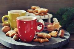 Varm choklad med ljust rödbrun kakor fotografering för bildbyråer