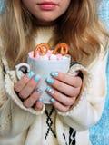 Varm choklad med marshmallower i händer för flicka` s Fotografering för Bildbyråer