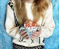 Varm choklad med marshmallower i händer för flicka` s Royaltyfria Foton