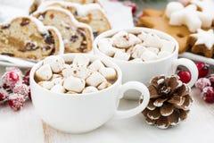 Varm choklad med marshmallower och jul som bakar, closeup Royaltyfri Bild