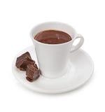 Varm choklad och chokladstycken som isoleras på vit bakgrund Royaltyfri Fotografi