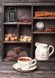 Varm choklad och kryddor i tappningstil. Collage. Royaltyfri Foto