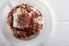 Varm choklad och marshmallow som strilas med chokladchiper Fotografering för Bildbyråer
