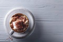 Varm choklad och marshmallow som strilas med chokladchiper Royaltyfria Bilder