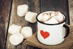 Varm choklad och marshmallower i tappningemaljkopp Arkivfoton