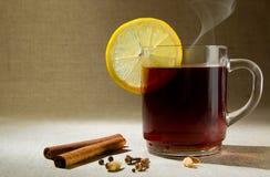 varm citron för drink royaltyfria bilder