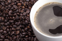 Varm coffe i en råna royaltyfri fotografi