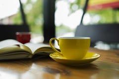 Varm drink i en gul kopp Royaltyfri Bild