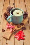 Varm drink med äpplet och kryddor för julberöm royaltyfri bild