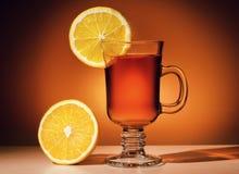 Varm drink med en citron royaltyfri foto