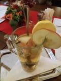 Varm drink och frukt Arkivfoto