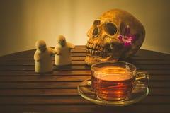 Varm drink och skalle Arkivbild