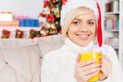 Varm drink på julafton. Arkivbild