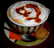 Varm dryck med det karamellsirap och kexet Arkivfoton