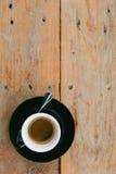 Varm espresso i wood tabellbakgrund arkivbilder
