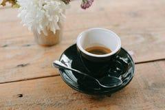 Varm espresso i wood tabellbakgrund fotografering för bildbyråer
