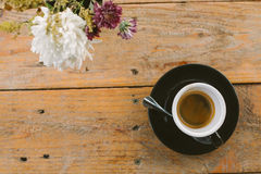 Varm espresso i wood tabellbakgrund arkivfoton
