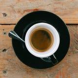 Varm espresso i wood tabellbakgrund varmt kaffe shoppar royaltyfria bilder