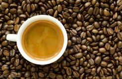 Varm espressokopp med kaffebönor Royaltyfri Bild