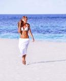 Varm flicka som går på stranden Arkivfoton