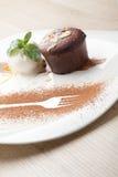 Varm fondant för chokladkaka med glassbollen, mandel, mintkaramell, c Arkivbilder