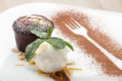 Varm fondant för chokladkaka med glassbollen, mandel, mintkaramell, c Arkivfoto