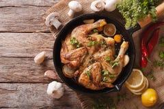 Varm Fried Chicken tobak med örter och vitlök i en panna horizo Royaltyfri Bild