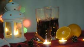 Varm funderad vin och lykta julhelgdagsaftongåvor semestrar många prydnadar stock video