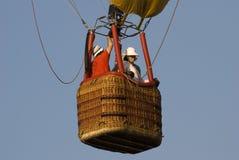 varm gnäggande för luftballongkorg royaltyfri fotografi